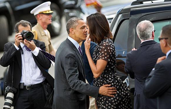 तंजानिया के दार ए सलाम में अमेरिकी राष्ट्रपति बराक ओबाम अपनी पत्नी मिशेल ओबामा से साथ।