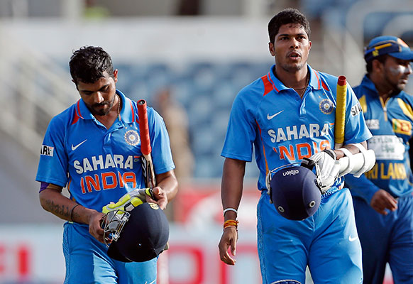 एक दिवसीय त्रिकोणीय सीरीज के तीसरे मुकाबले में विश्वविजेता भारत को श्रीलंका ने 161 रनों से हरा दिया।