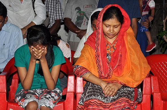 झारखंड में माओवादी हमले में शहीद एसपी अमरजीत बलिहार की पत्नी सुमन लता बलिहार और बेटी विलाप करती हुईं।