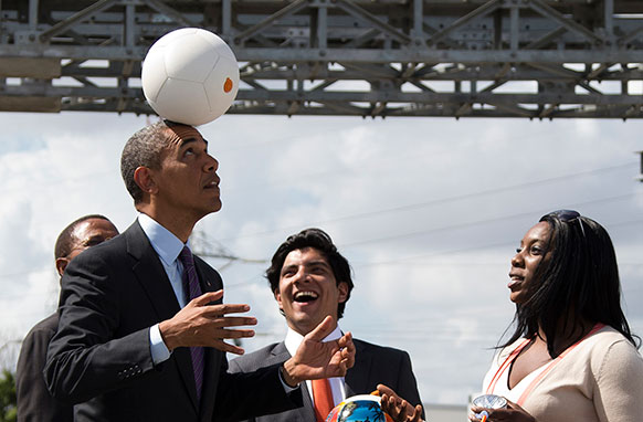 तंजानिया के दार ए सलाम में अमेरिकी राष्ट्रपति बराक ओबाम फुटबॉल के साथ अपने अंदाज।