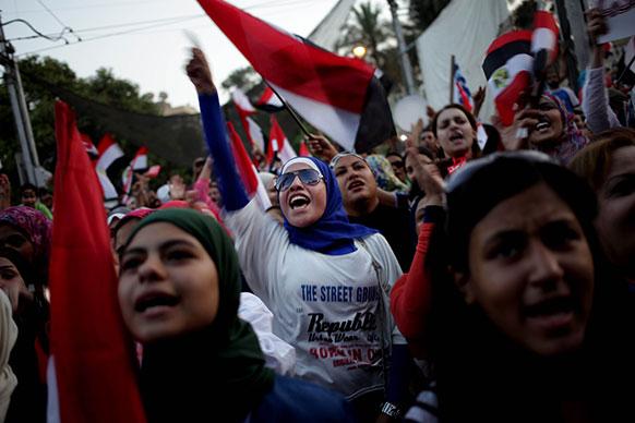 मिस्र के काहिरा में इस्लामी राष्ट्रपति मोहम्मद मोरसी के समर्थन में प्रदर्शन करते हुए।