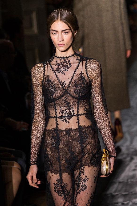पेरिस में फैशन शो के दौरान रैंप पर चलती एक मॉडल।