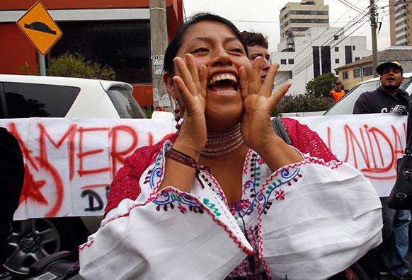 स्पेन दूतावास के सामने प्रदर्शन करती महिलाएं।