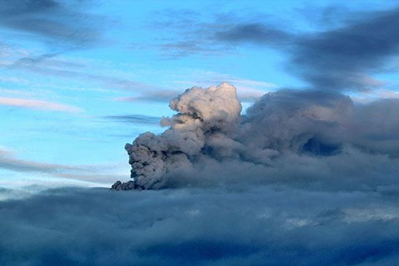मेक्सिको में सैन मेटियो ओज़ोलको के निकट एक फ्लाईओवर को ज्वालामुखी के धुएं ने कुछ इस तरह ढक लिया जैसे कोई घना बादल हो।