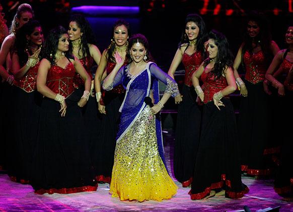 मकाऊ में आयोजित अंतर्राष्ट्रीय भारतीय फिल्म अकादमी (आईफा) पुरस्कारों के दौरान नृत्य की प्रस्तुति देतीं बॉलीवुड अभिनेत्री माधुरी दीक्षित।