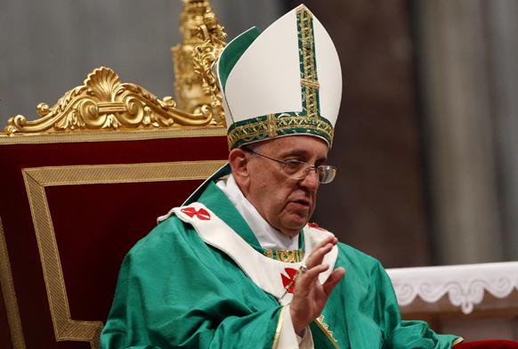 वेटिकन में सेंट पीटर के बेसिलिका में आयोजित सेमिनार में जुटे लोगों और के साथ पोप फ्रांसिस। हर साल यह कार्यक्रम समारोह पूर्वक मनाया जाता है।