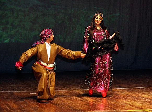 इराक के बगदाद में इराक की लोक नृत्य कला पर की जा रही एक प्रस्तुति।