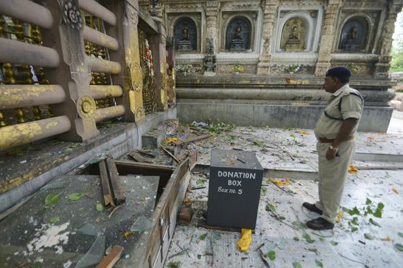 बोधगया में ब्लास्ट के बाद पुलिसकर्मी घटना स्थल की निगरानी करते हुए।