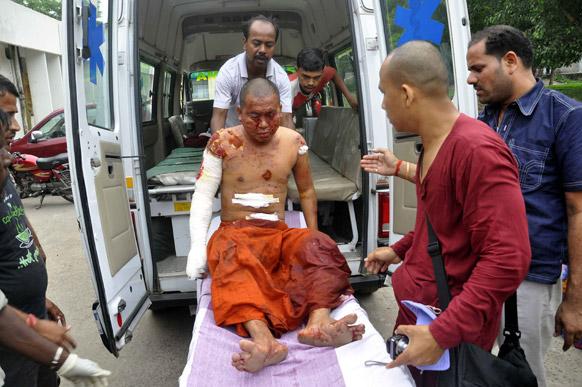 बोधगया मंदिर में ब्लास्ट के बाद दो बौद्ध भिक्षु गंभीर रुप से घायल हो गए जिन्हें अस्पताल में भर्ती कराया गया।