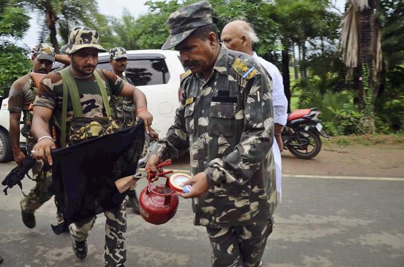 बोधगया मंदिर में ब्लास्ट के बाद कई जिंदा बमों को बम निरोधक दस्ते ने डिफ्यूज किया।