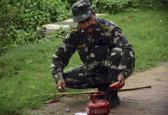 दुनियाभर में मशहूर बिहार बोधगया के बोधि मंदिर के आसपास कई जिंदा बमों को बरामद किया गया।
