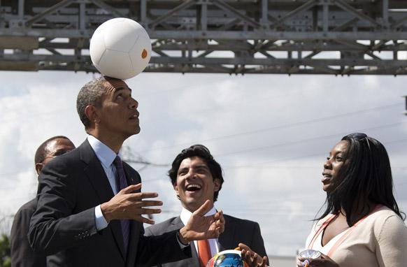 तंजानिया में एक समारोह के दौरान अमेरिकी राष्ट्रपति ओबामा फुटबॉल ट्रिक दिखाते हुए।