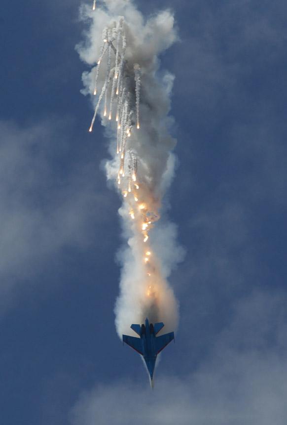 रूस में एसयू-27 जेट विमानों का आसमान में शानदार प्रदर्शन।