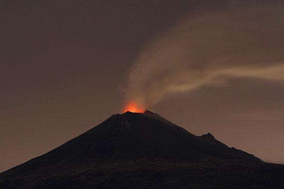 मैक्सिको में एक ज्वालामुखी फूटने का बाद लावा निकलता हुआ।