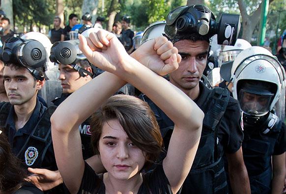 टर्की के इस्तांबुल में विरोध-प्रदर्शन करती एक महिला।