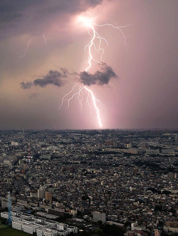 टोक्यो में भारी बारिश के बाद आसमान में कड़कती बादल।