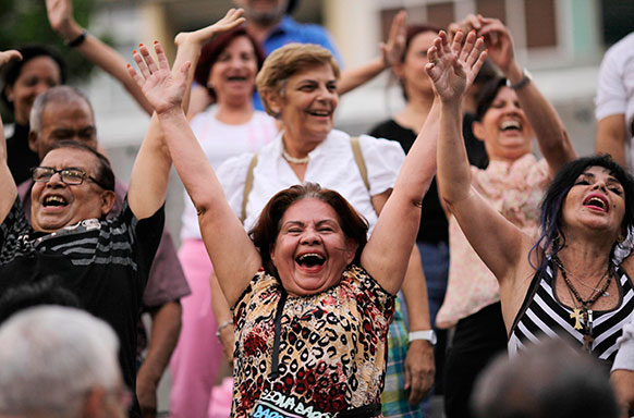 वेनेजुएला में लाफ्टर थैरेपी के दौरान हंसते हुए लोग।