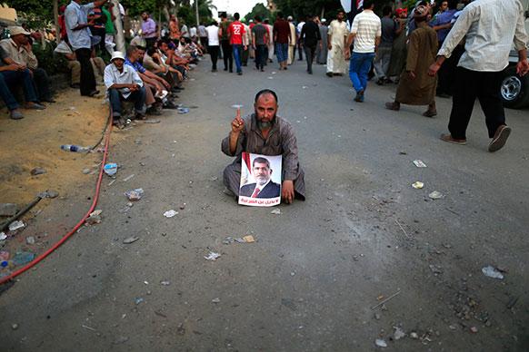 मिस्र में अपदस्थ राष्ट्रपति मोहम्मद मुर्सी के समर्थक सड़कों पर।