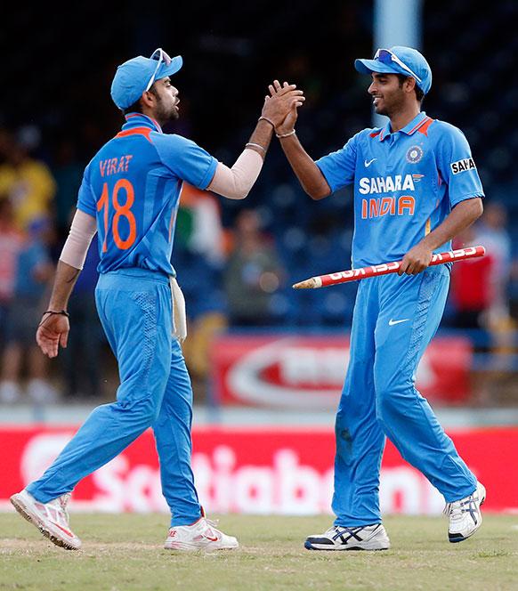 श्रीलंका के खिलाफ लीग मैच में जीत दर्ज करने के बाद उत्साहित भारतीय क्रिकेट टीम के खिलाड़ी।