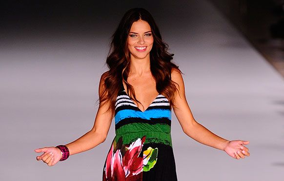 बार्सिलोना फैशन शो में रैंप पर कैटवाक करती एक मॉडल।