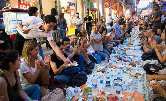 टर्की के इस्तांबुल में शॉपिंग रोड का एक दृश्य।