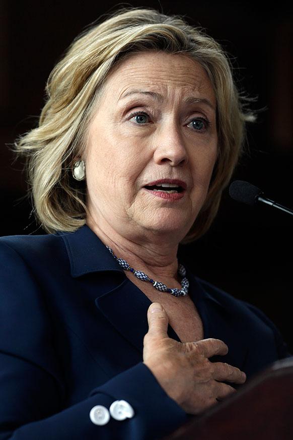 ब्रिन मार्वा कॉलेज में महिलाओं को संबोधित करती पूर्व अमेरिकी मंत्री हिलेरी क्लिंटन।