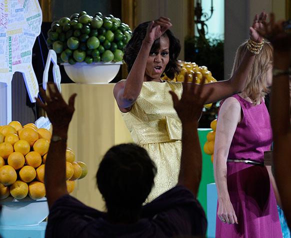 वाशिंगटन के व्हाइट हाउस में किड्स स्टेट डिनर के मौके पर शिरकत करती प्रथम अमेरिकी महिला मिशेल ओबामा।
