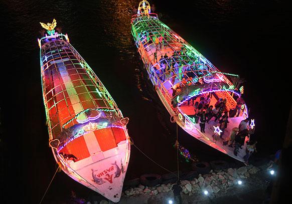 मिस्र की जनता ने नील नदी में प्रदर्शन ने बाद रात में नाव छोड़े।