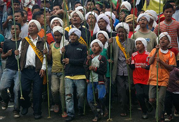 मेघालय में जैनतिया जनजाति के लोग बेहडियनखल्म त्योहार मनाते हुए।