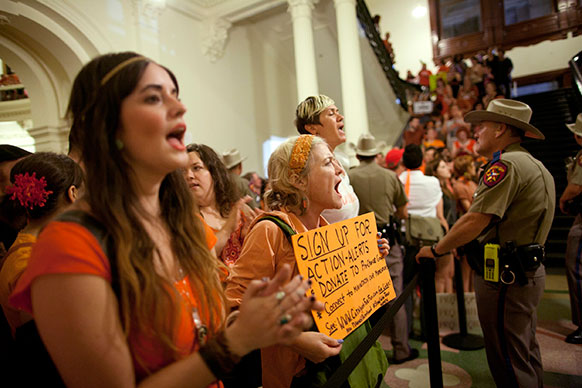 टैक्सास में गर्भपात के समर्थन में प्रदर्शन करते लोग।