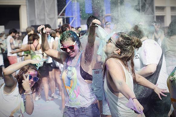 स्पेन के बार्सिलोना में एक दूसरे पर रंग डालकर होली का त्योहार मनाते लोग।