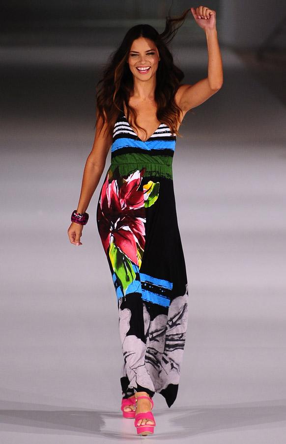 स्पेने के बर्सिलोना फैशन शो में डिजाइनर डेसिगुअल के क्रिएशन को पेश करती ब्राजील की मॉडल एड्रियाना लीमा।