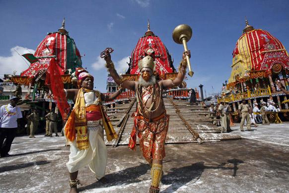 ओडिशा के पुरी में भगवान जगन्नाथ की रथयात्रा के दौरान भगवान हनुमान जी के वेशभूषा में एक श्रद्धालु।