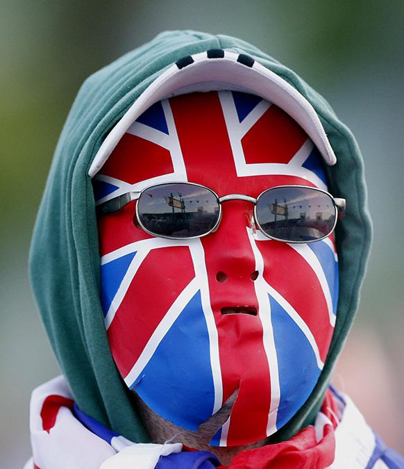 नार्दन आयरलैंड में एक प्रदर्शनकारी ने अपना चेहरा कुछ यूं रंग लिया।