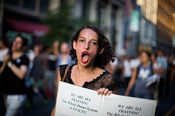 17 वर्षीय लड़के टैरोन के मारे जाने के खिलाफ फ्लोरिडा में विरोध-प्रदर्शन करते लोग।