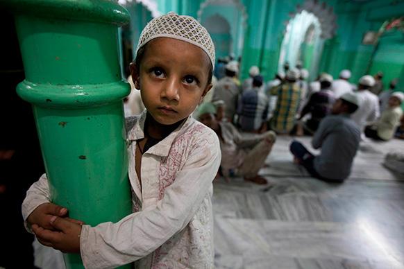 इलाहाबाद में रमजान के मौके पर मस्जिदों में नमाज पढ़ते लोग।
