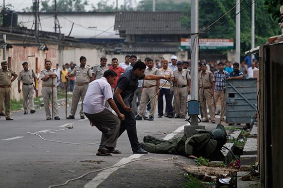इलाहाबाद में बम का संदेह होने पर बम को निष्क्रिय करने के प्रयास में जुटा बम निरोधक दस्ता ।