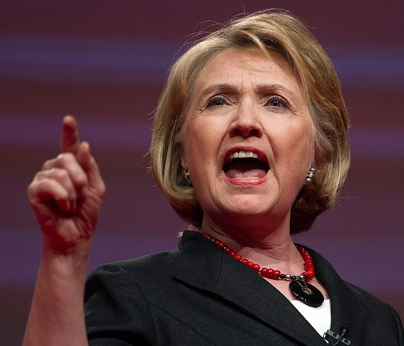 वाशिंगटन के डेल्टा सिग्मा कन्वेंशन में भाषण देती पूर्व अमेरिकी विदेश मंत्री हिलेरी क्लिंटन।