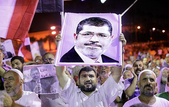 मिस्र के काहिरा में अपदस्थ राष्ट्रपति मोहम्मद मुर्सी के समर्थन में नारेबाजी करते उनके प्रशंसक।