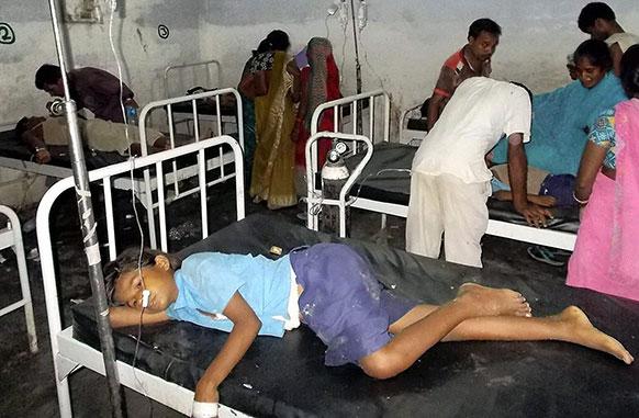 बिहार के छपरा में मिड डे मिल खाने से अस्पताल में बीमार बच्चों का इलाज हो रहा है।