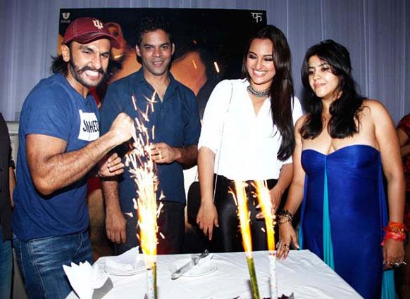 फिल्म लुटेरा की सक्सेस पार्टी के दौरान रणवीर सिंह, विक्रमादित्य मोटवाने, सोनाक्षी सिन्हा और एकता कपूर। (फोटो सौजन्य: फिल्मफेयर)