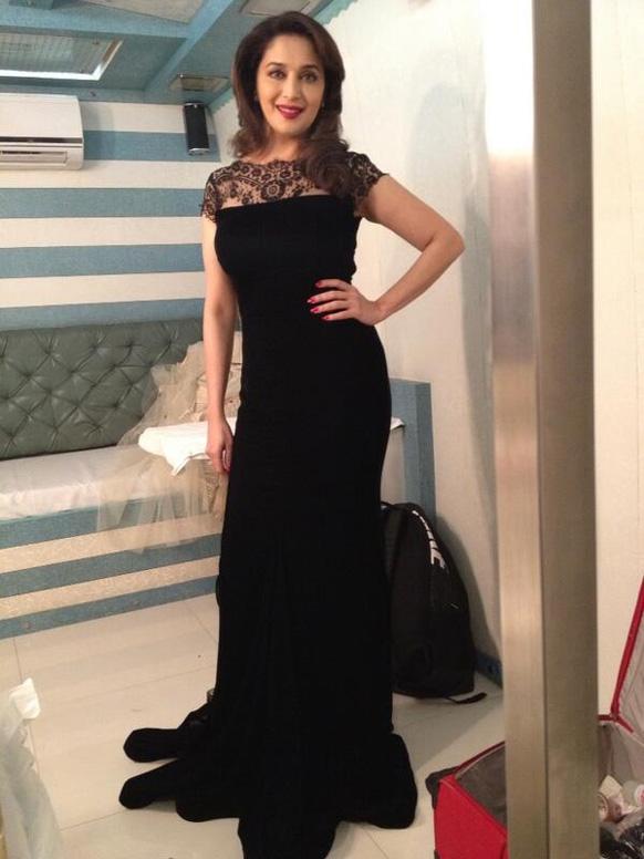 ब्लैक ड्रेस में काफी आकर्षक नजर आ रहीं नामचीन अभिनेत्री माधुरी दीक्षित। (फोटो सौजन्य : @माधुरीदीक्षित।)