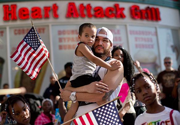 लास वेगास में एक रैली में शामिल लोग।