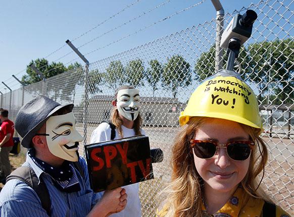 जर्मनी में ग्रेशेम के समीप साइबर निगरानी के विरोध में प्रदर्शन करते लोग।
