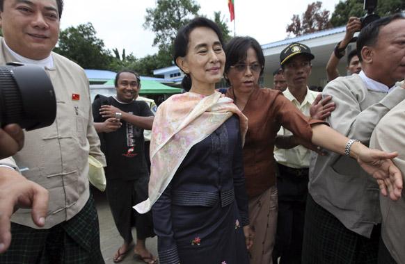 यंगून में एक बैठक से बाहर आतीं विपक्ष की नेता आंग सान सू की।