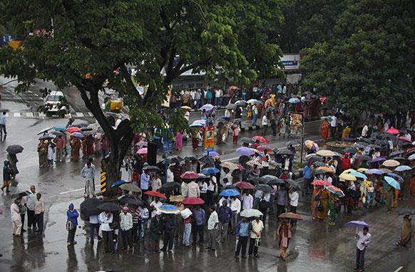 हैदराबाद में तेज हुई बारिश की वजह से दीवार गिर गई जिसमें कुछ लोगों की मौत हो गई।