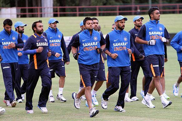 हरारे में जिंबाब्वे के खिलाफ होनेवाले वनडे मैच से पहले अभ्यास करते भारतीय क्रिकेट टीम के खिलाड़ी।