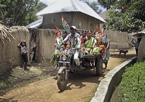 पश्चिम बंगाल में पंचायत चुनाव का प्रचार करते लोग।