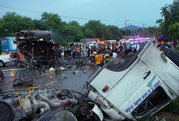 थाइलैंड में हुई सड़क दुर्घटना जिसमें 19 लोगों की मौत हो गई।