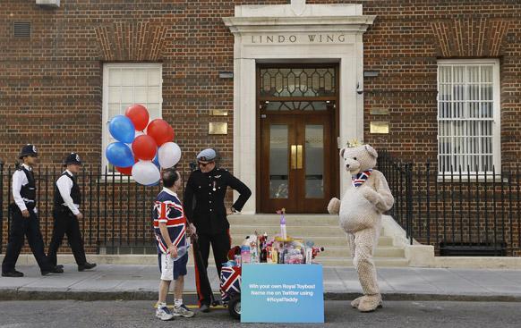 लंदन में सेंट मेरी अस्पताल के बाहर प्रिंस हैरी से मिलता जुलता एक समर्थक खिलौने को लेकर पहुंचा।